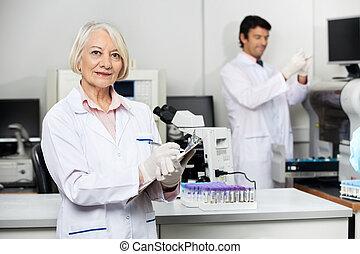 wissenschaftler, arbeitende , mit, kollege, in, medizin, labor