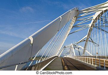 wit bruggen over