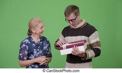 wnuk, dar, dostając, wnętrze, babcia, nic