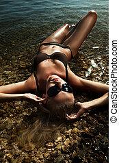 woda, blondynka, młody, przy sunglasses, kładąc, piękny, sexy