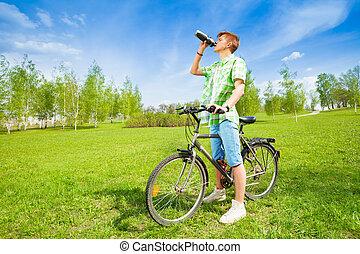 woda, picie, rower, młody mężczyzna