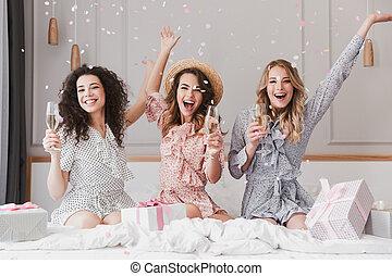 wohnung, 20s, konfetti, glücklich, drei, spaß, unter, champagner, vornehm, party, trinken, fallender , haben, frauen, bachelorette, luxus, während, junger