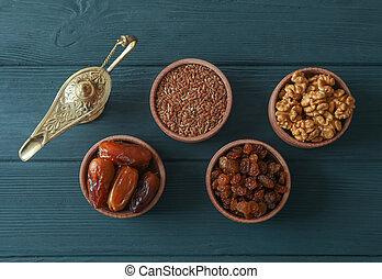 wohnung, legen, zusammensetzung, mit, dekoration, und, lebensmittel, von, ramadan, kareem, feiertag, auf, hölzern, hintergrund