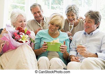 wohnzimmer, geschenke, fünf, lächeln, champagner, friends