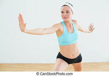 wojownik, kobieta, yoga upozowują, studio, stosowność