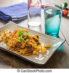 wok, rindfleisch, huhn, bereit, zu, sein, gegessen, mit, einige, chili, in, der, hintergrund