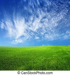 wolkenhimmel, auf, blauer himmel, und, grünes feld