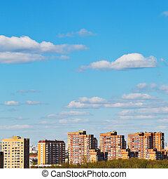 wolkenhimmel, in, blauer himmel, aus, mauerstein, wohnung häuser