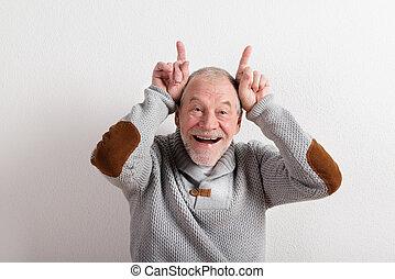 wollen, graue , pullover, schuß., studio, älterer mann