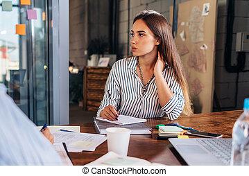woman ül, copybook, hangjegy, fiatal, főiskola, kihallgatás, íróasztal, portré, feladat, közben, tanár, gyártás