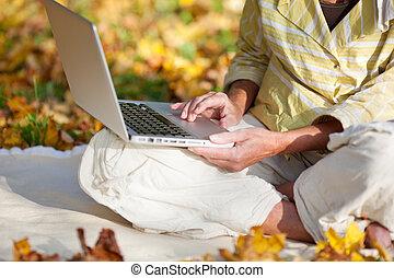 woman ül, liget, időz, jegyzetfüzet, használ, idősebb ember