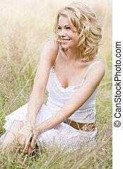 woman ül, szabadban, mosolygós