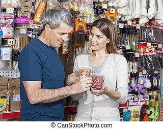 woman, aussieht, an, mann, während, wählen, hätscheln speise, in, kaufmannsladen