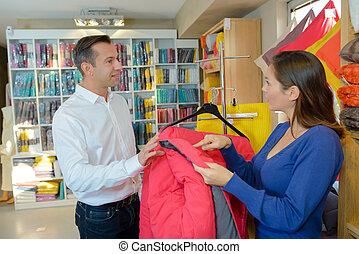 woman, aussieht, an, schlafsack, in, kaufmannsladen