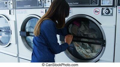 woman, aussieht, an, waschmaschine, 4k