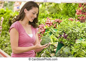 woman bevásárol, helyett, brokkoli, -ban, egy, élelmiszerbolt