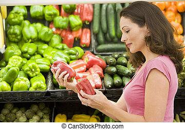 woman bevásárol, helyett, tök peppers, -ban, egy, élelmiszerbolt