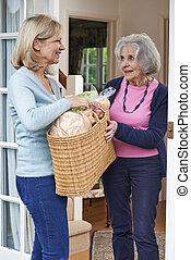 woman bevásárol, női, ételadag, szomszéd, idősebb ember