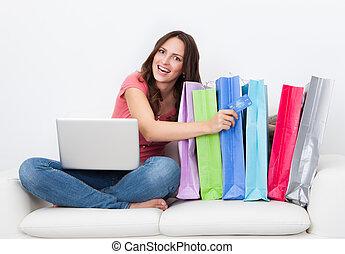 woman bevásárol, online
