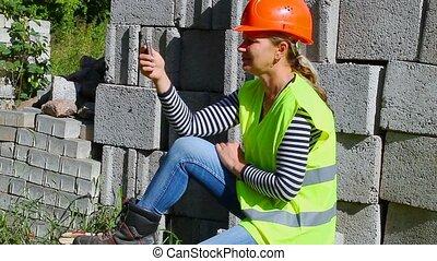 woman-builder, conversation, mobile