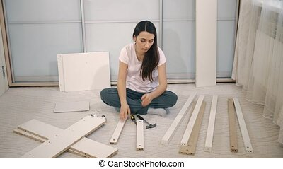 Woman can't to assemble table