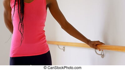woman, dehnt, auf, barre, in, fitnesstudio, 4k
