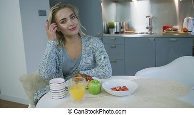 Woman dreaming during breakfast - Pretty young woman in...