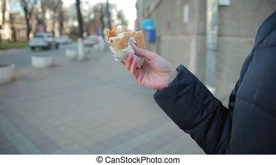 woman eszik, élelmiszer, fiatal, gyorsan, külső