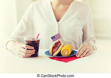 woman eszik, feláll, kutya, csípős, becsuk, kóla