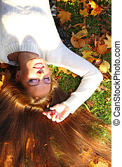 woman girl portret in autumn leaf