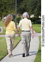 woman hatalom, párosít, kézbesít, gyalogló, hátsó kilátás, ember, idősebb ember