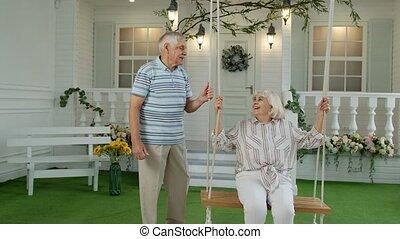 woman., home., retraités, couple, personne âgée homme, personnes agées, yard, heureux, ensemble, oscillation, devant, famille