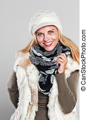 Woman in autumn fashion smiling to the camera