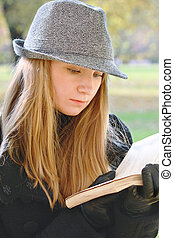 Woman in hat reading