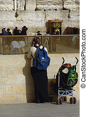 woman in the westren wall in jerusalem