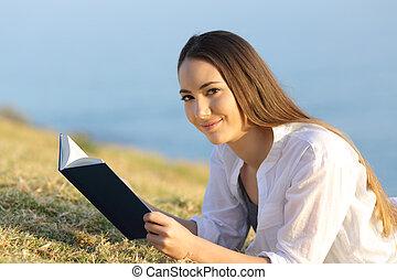 woman külső, fényképezőgép, felolvasás, fű, könyv