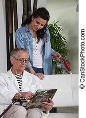 woman kiporszívóz, helyett, egy, idősebb, hölgy