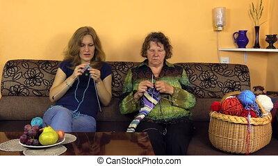 woman knitt yarn together