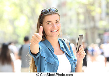 woman, lächelt, besitz, a, klug, telefon, mit, daumen