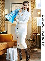woman, lächelt, säcke, nach, shoppen, zurückgegeben, ...