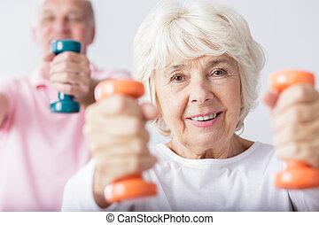 Woman lifting the dumbbells