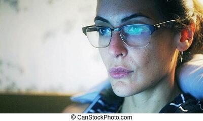 Woman look at a computer screen