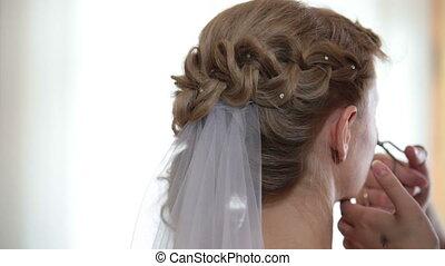 woman making curl eyelashes