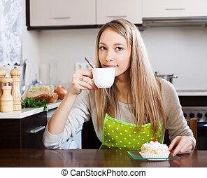 woman mosolyog, részeg tea