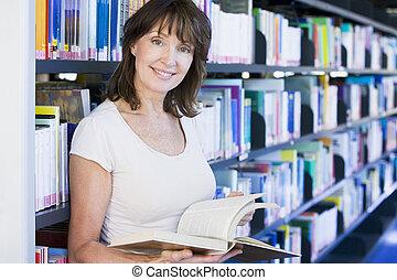 woman olvas, alatt, egy, könyvtár