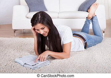 woman olvas, fekvő, szőnyeg