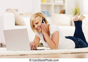 woman társalgás, mozgatható, laptop, telefon, használ, boldog