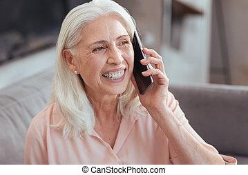 woman társalgás, telefon, idősebb ember, vidám, furfangos
