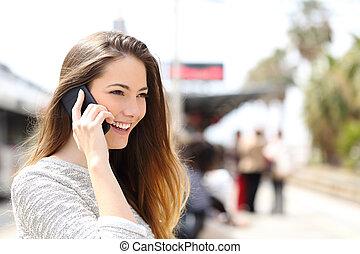 woman társalgás, telefon, várakozás, pályaudvar