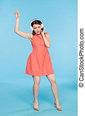 woman, tanzt, dres, kopfhörer, junger, elegant, während, musik, genießen, rotes